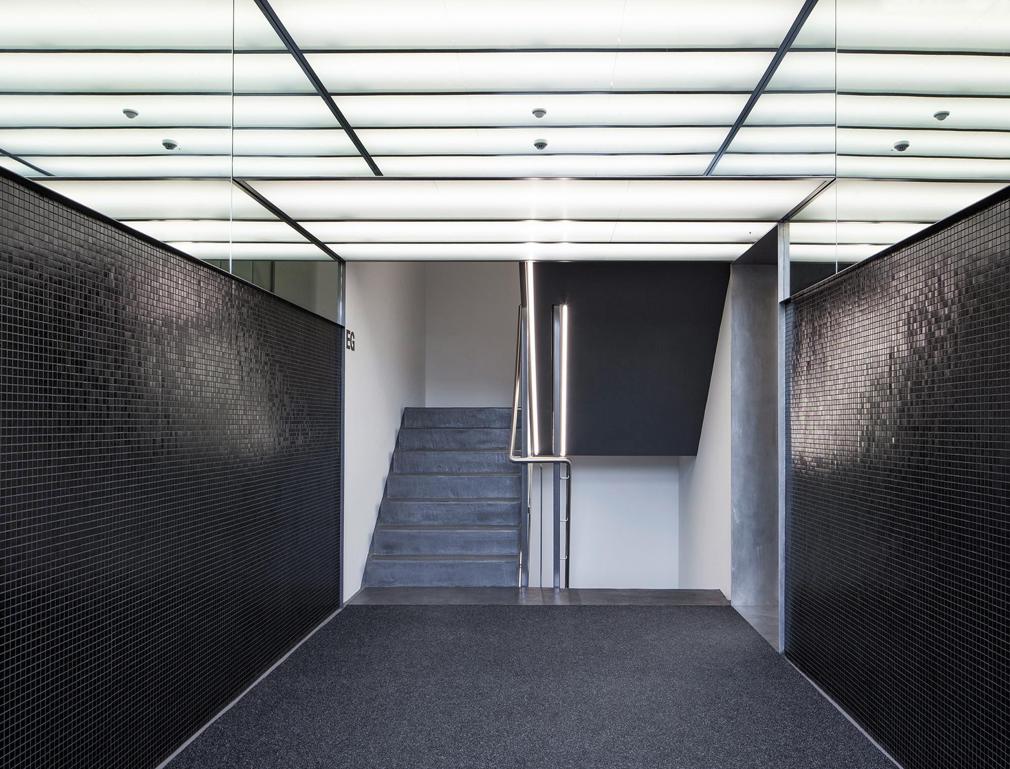 Neu gestalteter Hauseingangsbereich mit Lichtdecke.